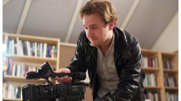 Man met camera die instructievideo maakt
