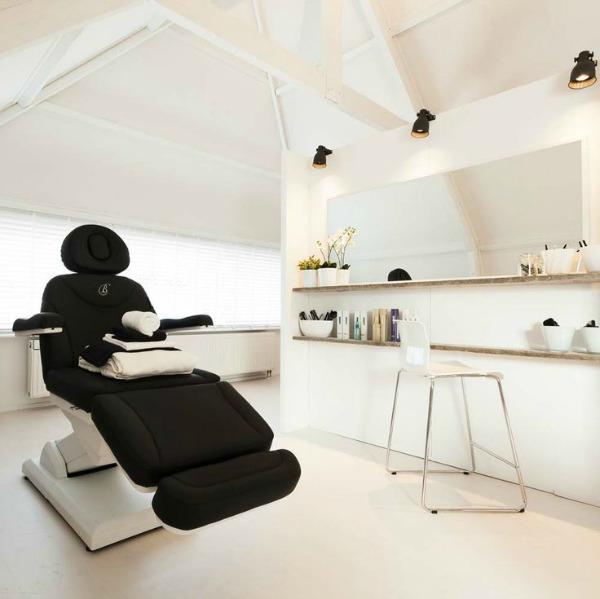 Luxe behandelstoel in een schoonheidssalon