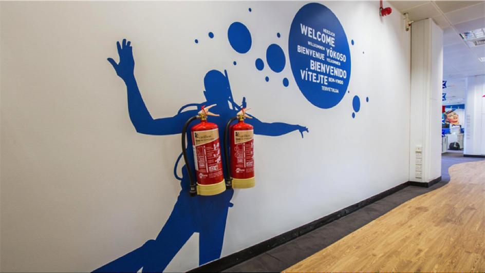 Brandblusser kunst met twee brandblussers en een duiker