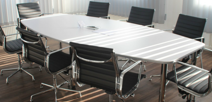 een vergaderruimte die milieuvriendelijk is schoongemaakt
