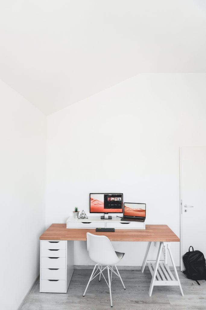 Richt je kleine kantoor in met een witte basis